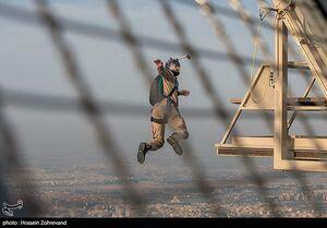 عکس/ پرش چتربازان سپاه از برج میلاد