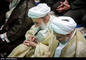 عکس/ عطر زدن آیت الله جنتی قبل از نماز جمعه