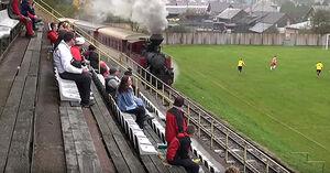 عکس/ عبور قطار از ورزشگاه فوتبال!