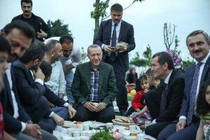 عکس/ افطاری خوردن اردوغان در کوچههای استانبول