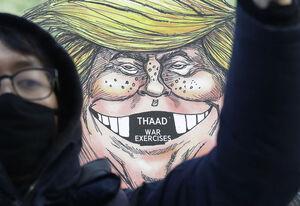 فیلم/ کتک زدن مجسمه ترامپ