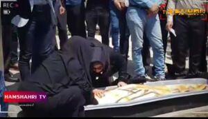 فیلم/ گریههای مادر میترا استاد هنگام دفن دخترش