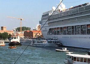 عکس/ تصادف کشتی کروز با قایق توریستی