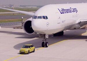 فیلم/ کشیدن هواپیما با مینی کوپر