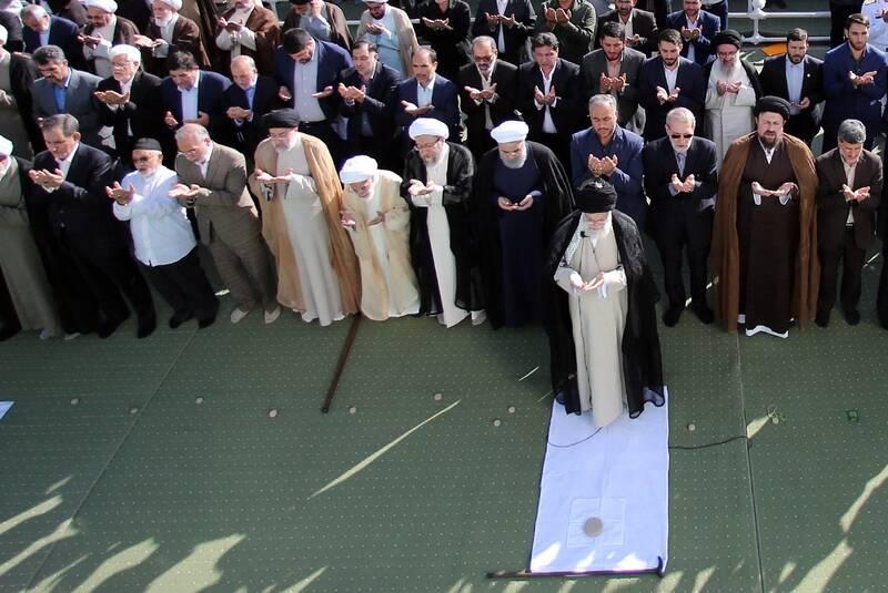 پیرمرد گمنامی که دیروز در صف اول نماز عیدفطر حضور داشت که بود؟ +عکس