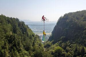 عکس/ بند بازی دونفره با دوچرخه