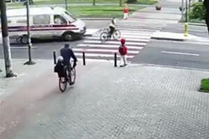 فیلم/ برخورد وحشتناک آمبولانس با دوچرخهسوار!