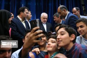 عکس/ حضور ظریف در یکی از مدارس تهران