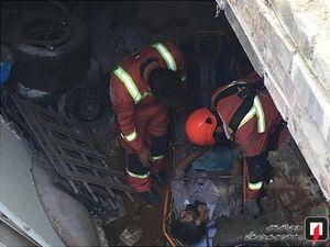 عکس/ سقوط مرد عابر به چاه بدون حفاظ
