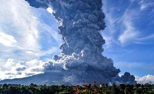 عکس/ غرش کوه آتشفشانی در اندونزی