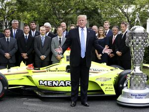 عکس/ استقبال ترامپ از قهرمان مسابقات اتومبیلرانی