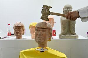 کتک زدن مجسمه ترامپ در نمایشگاه چین