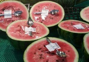 فروش نصف هندوانه با یک قاشق در چین