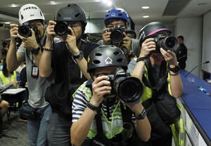 عکس/ خبرنگارانی که با کلاه ایمنی به نشست خبری رفتند!
