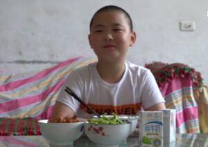 پسری که برای نجات جان پدرش، غذا میخورد!