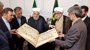 عکس/ هدیه تولیت آستان قدس به رئیس جمهور