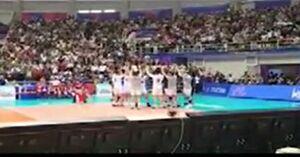 فیلم/ورود تیم والیبال ایران به سالن با استقبال گسترده هواداران