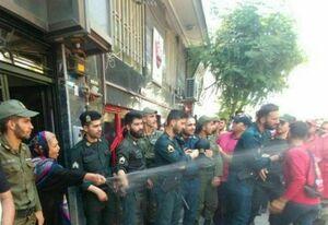 عکس/ راهکار خانم همسایه برای متفرق کردن پرسپولیسیها