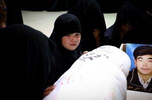 عکس/ وداع دردناک دختر شهید خاوری با پیکر پدرش