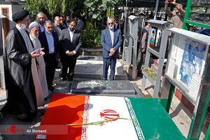 عکس/ حجتالاسلام رئیسی بر مزار شهید چمران