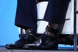 عکس/ جورابهای پشت و روی آقای سیاستمدار