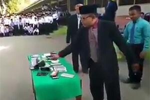 فیلم/ مراسم لِه کردن تلفن همراه دانش آموزان!
