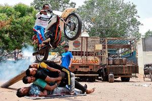 عکس/ پرش خطرناک با موتور از روی 4 نفر