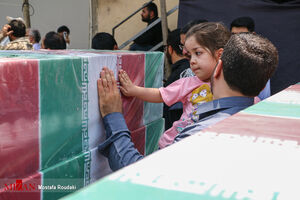 احترام جالب کودکان مقابل تابوت شهدا