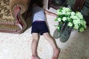 عکس/ وقتی فرزند شهید دلتنگ پدرش میشود