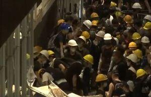 معترضان هنگکنگی وارد ساختمان پارلمان شدند +عکس