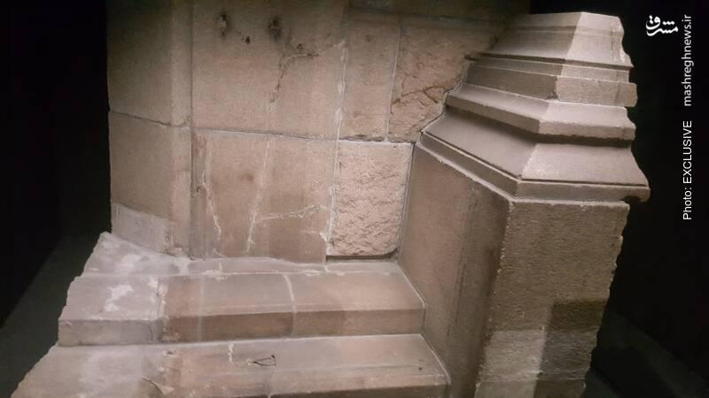 همان قسمت از پله به موزه منتقل شده و هنوز هم سایه ای از آن لکه پس از گذشت 74 سال، مشخص است.