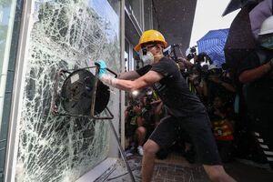 عکس/ ورود معترضان هنگ کنگی به یک ساختمان دولتی