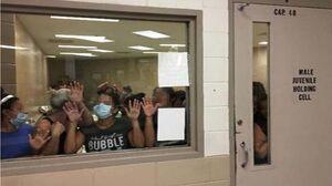 عکس/ وضعیت اسفناک مهاجران زندانی شده در مرز آمریکا