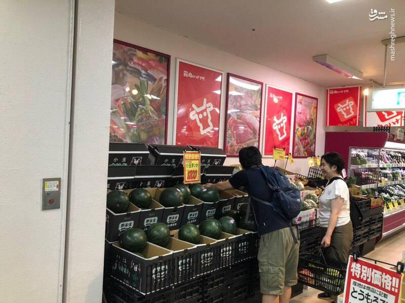 این سوپرمارکت هندوانه اورده این شخص هم دانه به دانه هندوانه ها را با زدن بر روی آنها تست می کند. هر عدد حدود ۱۴۰هزارتومان و نسبت به بقیه میوه های اینجا گرانتر است