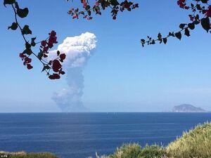 فوران آتشفشان جزیرهٔ استرومبولی در ایتالیا