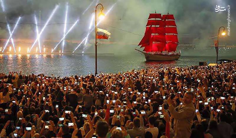 برگزاری جشن هرساله فارغ التحصیلی از مدارس و جشن تابستانی با برگزاری آتش بازی از روی کشتی بنا به یک سنت قدیمی / سن پترزبورگ،روسیه