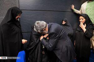 عکس/ بوسه حداد عادل بر دستان مادر