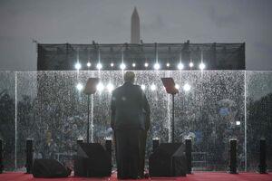 عکس/ سخنرانی ترامپ از پشت شیشه ضدگلوله
