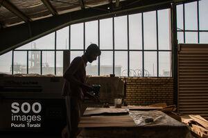 عکس/ مردی که به ترک کنندگان اعتیاد شغل میدهد