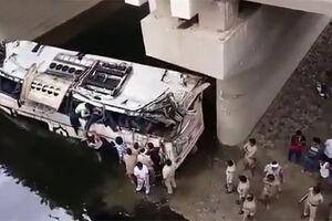 فیلم/ سقوط مرگبار اتوبوس به درون کانال