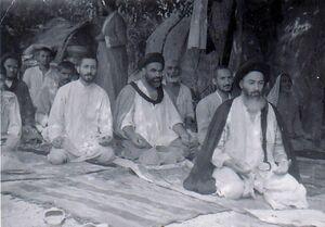 نماز جماعت آیت الله شاهرودی در مسیر اربعین +عکس