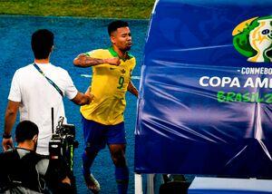 مشت بازیکن برزیل به VAR +عکس