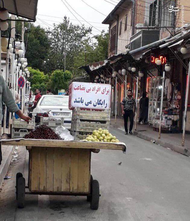 تصویر متعلق به یک دستفروش در ورودی بازار زرگران سلماس می باشد./ سلماس نیوز
