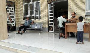 ویزیت بیماران در هوای گرم زیر آسمان +عکس