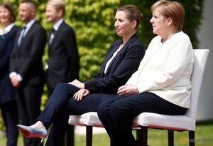 مرکل بهصورت «نشسته» از نخستوزیر دانمارک استقبال کرد +عکس