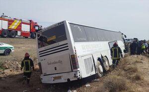تصادف سهمگین در محور ایرانشهر اتوبوس مسافربری را به آتش کشید