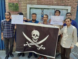 عکس/ اهدای پرچم دزدان دریایی به سفارت انگلیس در تهران!