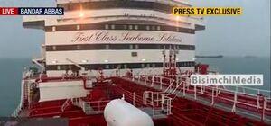 فیلم/اهتزاز پرچم ایران بر روی نفتکش انگلیسی