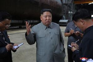 عکس/ «اون» در کنار جدیدترین زیردریایی کره شمالی