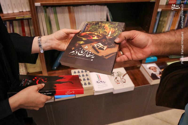 همین حوالی به سفرنامه احسان حسینی نسب از سفر اربعین می رسیم. احسان که نمی خواسته به این سفر برود به سفارش مادر راهی می شود و جزئیات سفرش را چنان می نویسد که حالا این کتاب در انتشارات «به نشر» به چندین چاپ رسیده است.